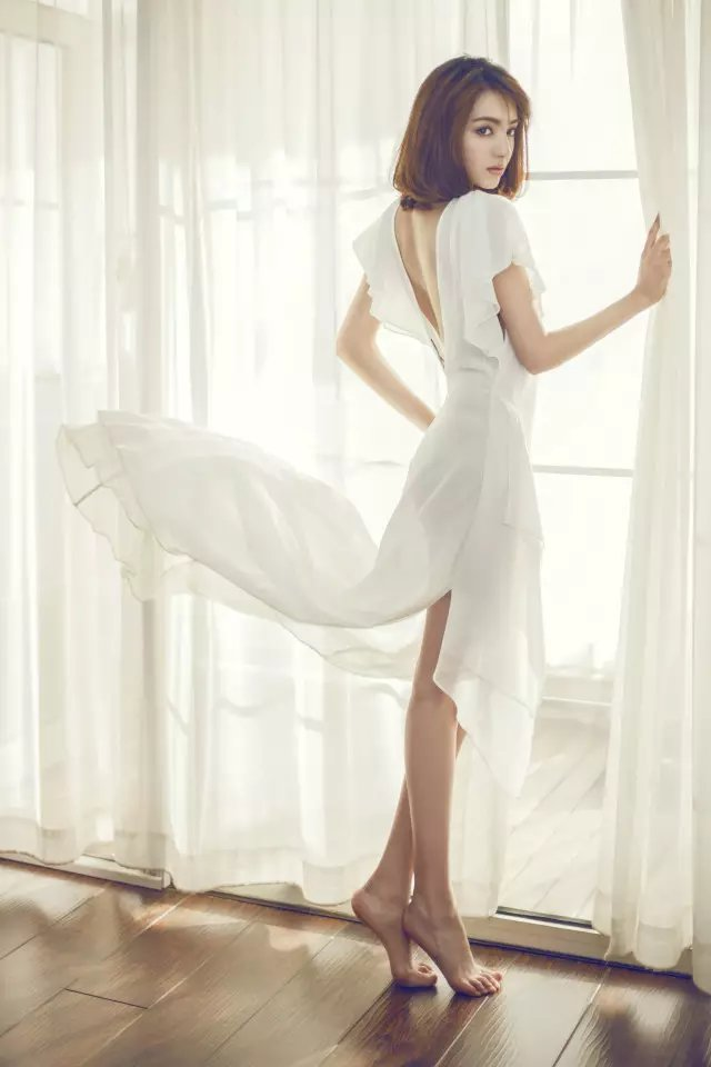 麦迪娜的全身照里,一双又长又直的美腿总是很抢眼,九头身美女即视感.