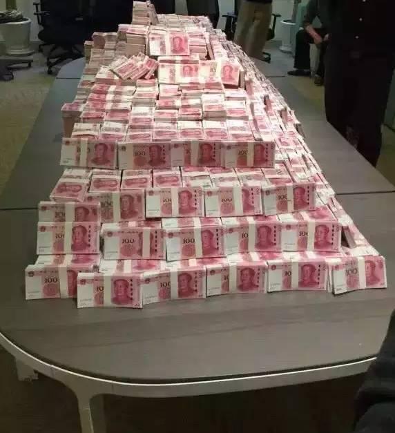 实拍一堆钱的照片_朋友圈还有人刷了张图片,是传说中某it公司发年终奖,钞票堆成一座山啊