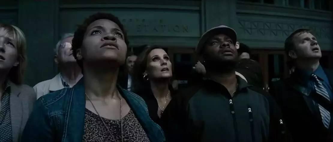 黑人干逼最猛网站_围观群众中,左边这个黑人女性,也会以一个重要身份,出现在《蝙超》.