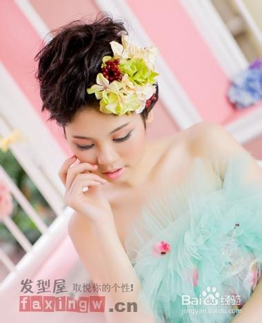 这款新娘盘发看上去十分唯美的,凌乱的烫发,简洁大方.图片