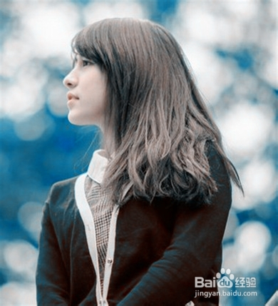 采用中分的发型设计,清新甜美,这款中长发发型是韩国街头最流行的女图片