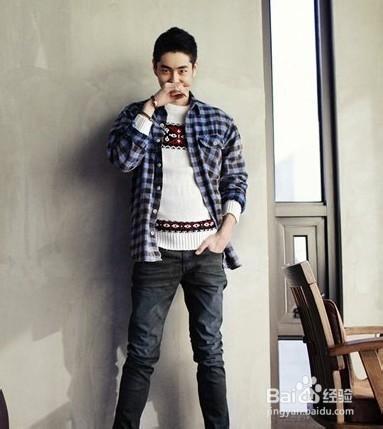 灰色的格子衬衫,搭配黑色更加帅气,背包客的感觉,适合走在路上的男生