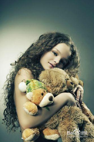 抱着毛绒玩具:这个孩子让表情派对下来,而且也拍到很不错的方法芭比娃娃放松图片