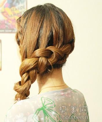 下面就来和姐妹们分享下这款非常简单又迷人的蝎子头编发发型吧.图片