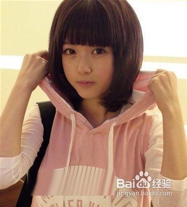 很多女孩子中学时代都留过的短发发型,齐刘海短发,搭配粉色套头卫衣图片