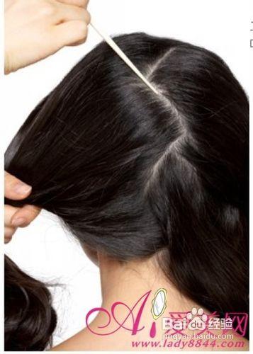 用尖尾梳将头发以闪电型分界限.