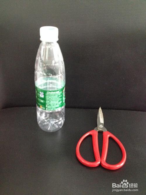 空瓶子废物利用_现在雷锋崔老师就来教大家利用废弃的饮料空瓶子来diy一款家庭清洁