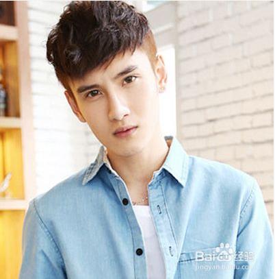 男生齐刘海蓬松卷烫短发发型,轻松利落的剪裁方式,配以蓬松空气感的卷图片