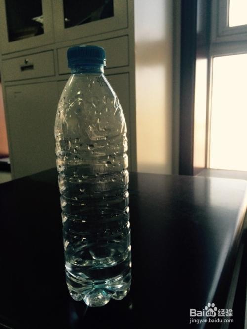 矿泉水瓶子的两种用途图片