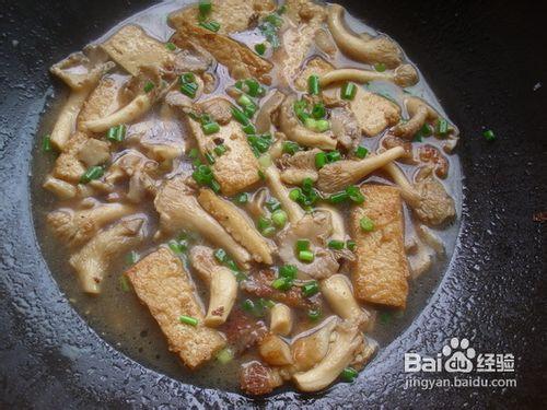 6平菇加入至软,加水半勺盐和适量酱油,翻炒稍淹过食材,加盖烧.铁树煲鸡蛋图片