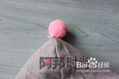 4 在粉红格子上再缝一层棉质花边,一是可以盖住线迹,二是更加粉嫩