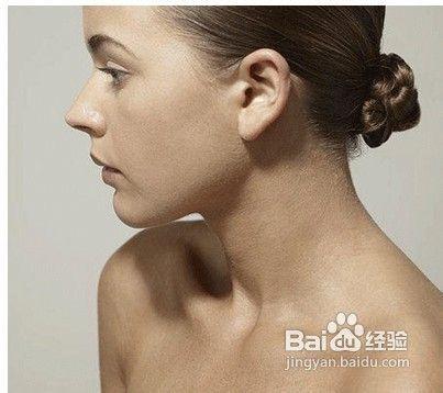 女人想要性感的锁骨重点就在于肩部的线条,我们可以采用以下两个动作