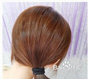 2 把电卷后的头发扎出一个低低的侧边马尾辫.图片