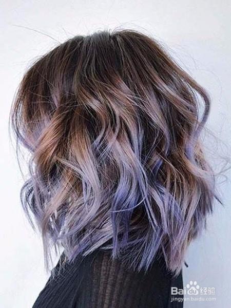 这款短发造型超时髦,上面是浅浅的雾面紫,发尾却又挑染了宛如水洗牛仔图片