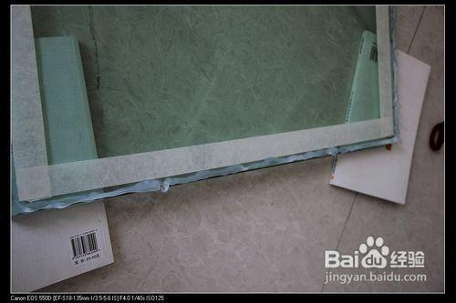 玻璃胶怎么打均匀图解_2 在要打胶的玻璃边缘贴上美纹纸,然后打上胶.