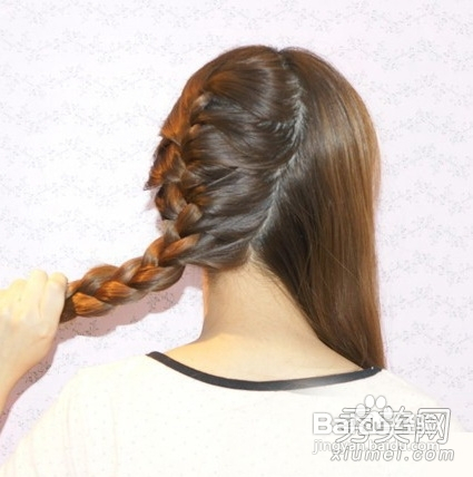 6 7 第四步:再接着将另一半头发也编一个从右向左侧斜的蜈蚣辫,注意图片