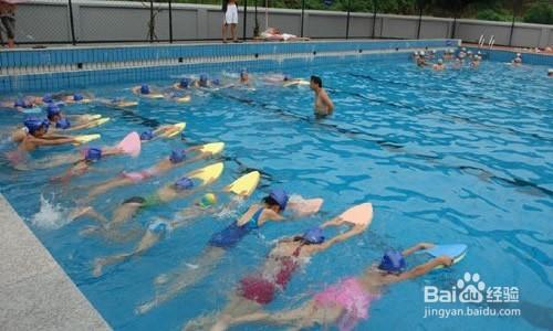 > 體育項目  2 裝備 初學者切記必須佩戴泳鏡和泳帽,對于自己游泳技術圖片