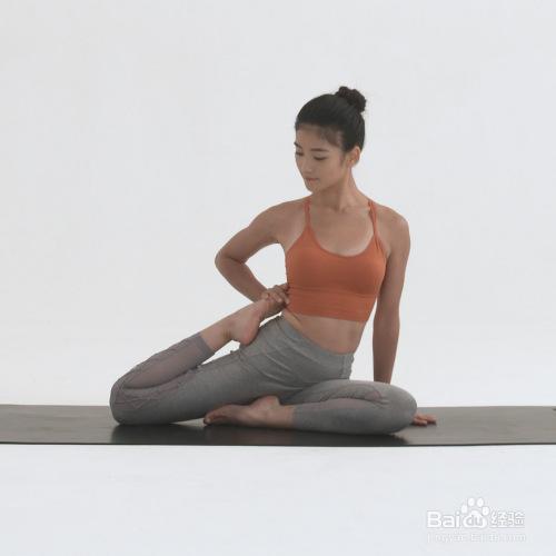 左侧简易鸽子式_瑜伽 · 减压放松图片