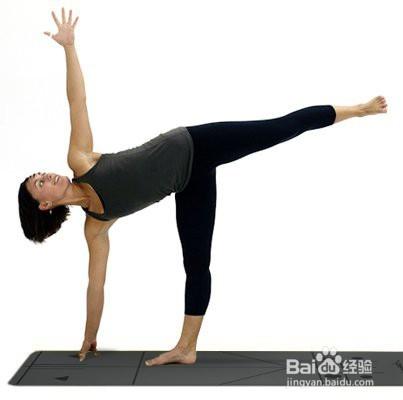 身体重量放在右脚和右臀上,右手只是作为身体平衡的支撑,保持这个体式图片