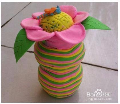 橡皮泥搓成細條纏在瓶子外邊,然后再用橡皮泥捏成不同的樣子,裝飾花瓶