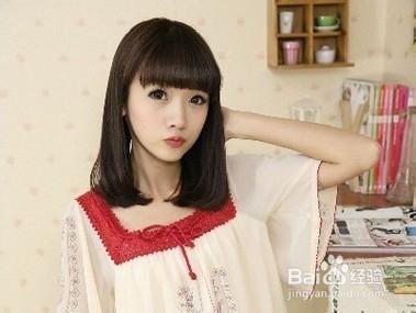 1 齐刘海短发梨花头发型,自然柔顺的发丝展现小女生的清新可爱,再图片