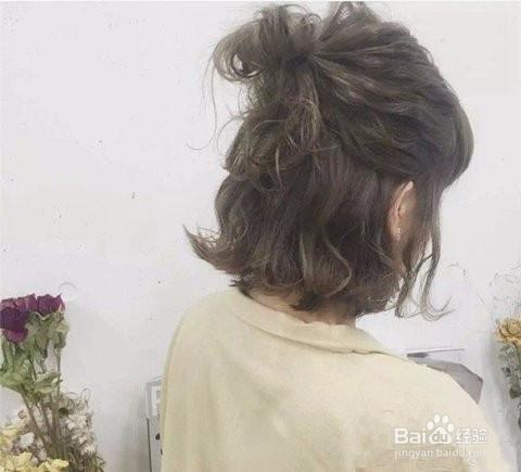 2 短发半丸子头,发尾外翘的短发上半部分扎一个对折的小马尾,就是