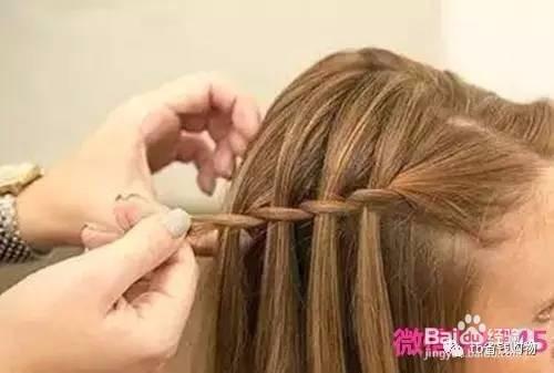 将你的刘海分成三七分,也可以按照自己的分,取出发量较少的一部分头发图片
