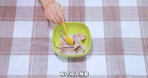 2将腌好的洋葱放入铺好烤盘的鱿鱼中.花盖蟹和梭子蟹哪个贵图片