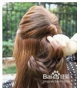 1 这款夏季中长发发型扎法比较适合卷发的女生,因此假如你是直发的话图片