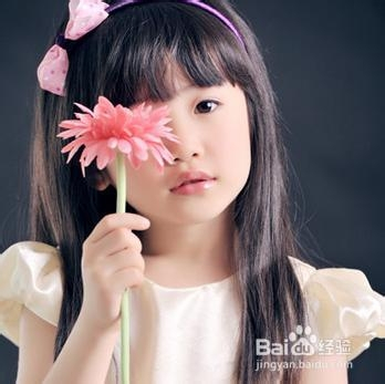 粉红色小女生逼逼_5 两只俏皮小辫,烫卷的发尾和大红色蝴蝶结发箍,灵气逼人
