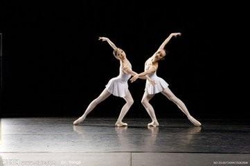 > 体育项目  1 练习舞蹈以一定要使身体柔软,可以从简单的舞蹈动作图片