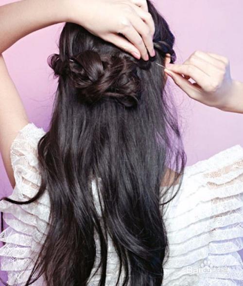 5 将这一大束头发分成两份,先相互打结一下.图片