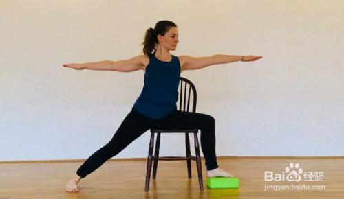 垫瑜伽砖,在椅子上做猫牛式的练习,关注脊柱的灵活 2 椅子上的鸽子式图片