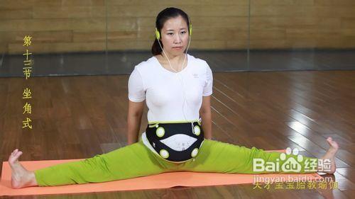 坐角式动作一:坐在垫子上,双腿向两侧开至自己的最大限度,手臂支撑图片