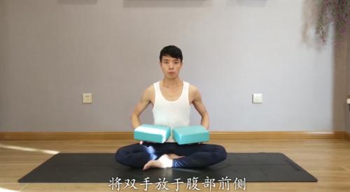 如何利用瑜伽砖放松肩颈图片