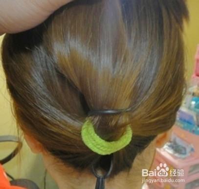 造型工具:橡皮筋 穿发针 2   第一步 扎发   把长发扎成低位马尾辫图片