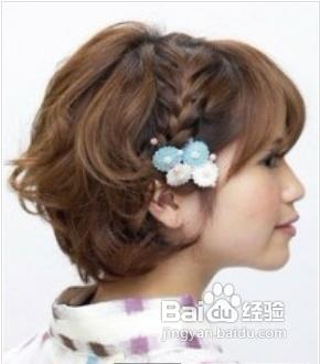 时尚/美容 > 美发  1 首先用电卷棒把头发分股卷一下.图片