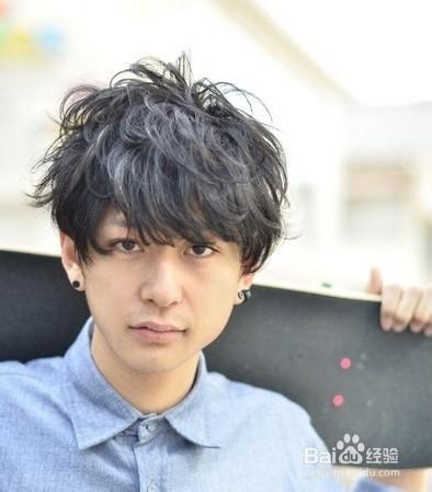 > 美发  1 动感卷曲烫发   具有动感的男生烫发风格造型,顶部的头发图片