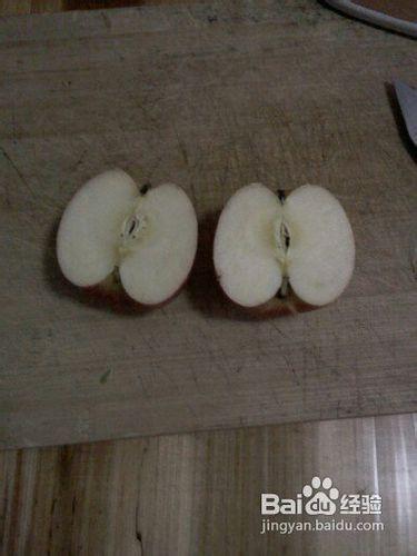 3 再把切好的苹果对半切开.图片