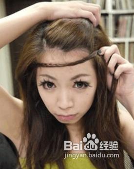4   将编好的辫子往额头拉,用小黑夹固定藏在头发下(一样要和头发是图片