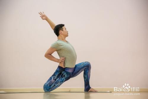 白宸东老师教你练瑜伽之--新月式图片