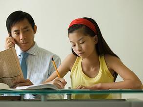 父母要采用多种方式来帮助孩子学习,比如上街买菜时教会孩子初步的