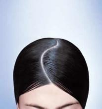 用自己长长的指甲来挠头发,这样做其实是错误的,这样会对头皮有伤害图片