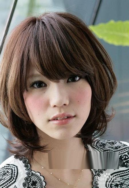 5 偏分的刘海发型加上略显厚重的短发,极好的凸显出了女人这双亮堂的