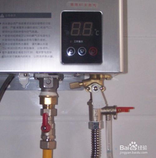 首次使用,在热水器进水口处接入一有止回功能的清洗阀(燃气热水器免拆图片