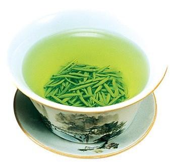 将君山银针放入玻璃杯内,以沸水冲泡,这时茶叶在杯中一根根垂直立起