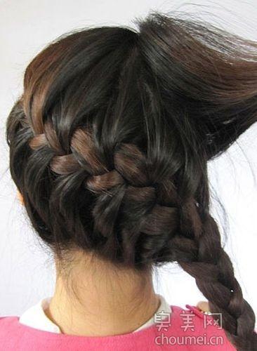 5 step 5:编到头尾后把剩下的头发用蝎子辫的头发来编,末端用发圈固定图片