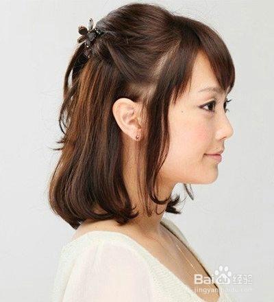 1 把齐颈的短直发用梳子梳顺,然后从头顶处取出一束头发并且简单的图片