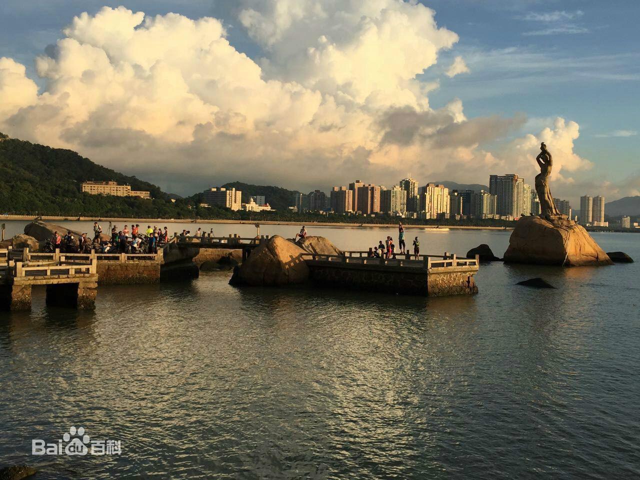 傍晚的珠海渔女雕像,旁边还有一群游客