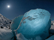 月下冰岛冰块晶莹剔透似钻石